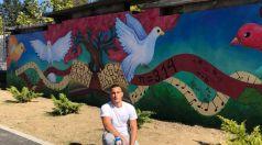 Млад творец изрисува оградата на Първо основно