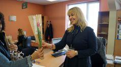 Цветя от анонимен съгражданин получиха дамите в Община Търговище за 8 март
